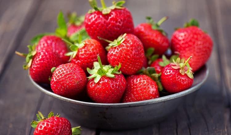 Узнайте, сколько калорий в свежей, сушеной и замороженной клубнике.