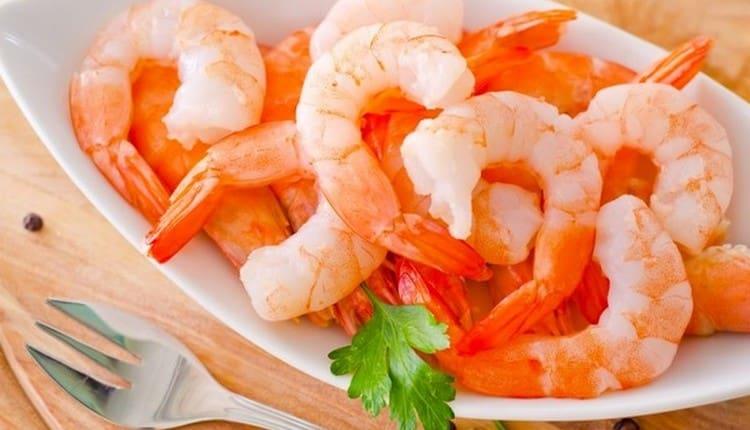 Узнайте, сколько калорий в вареных креветках.