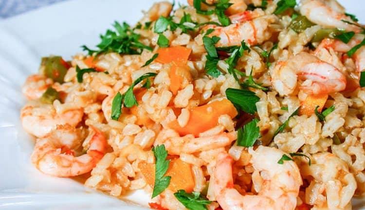 Питательным и вкусным получается рис с креветками и овощами.