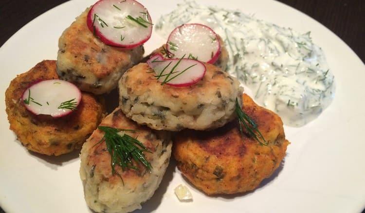 Посмотрите рецепт оригинальных сырников с морской капустой и картофелем.
