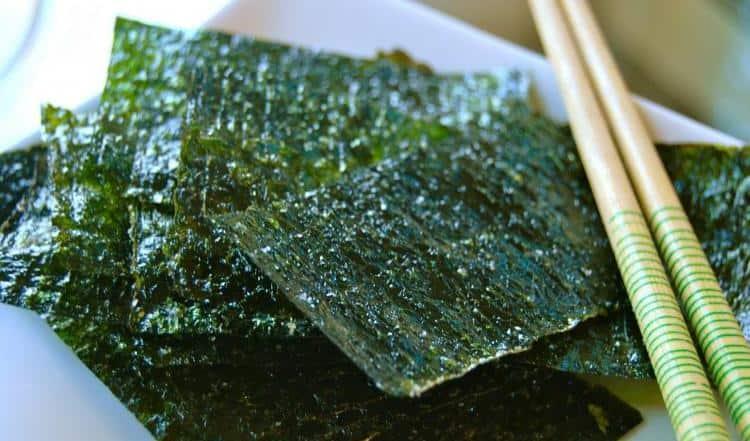За счет низкой калорийности морскую капусту часто используют для похудения.