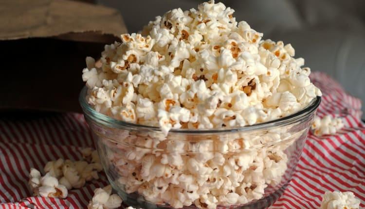 Калорийность соленого попкорна высокая.