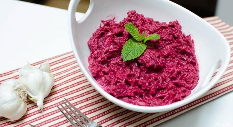 Вкусным блюдом будет салат из свеклы с майонезом и чесноком.