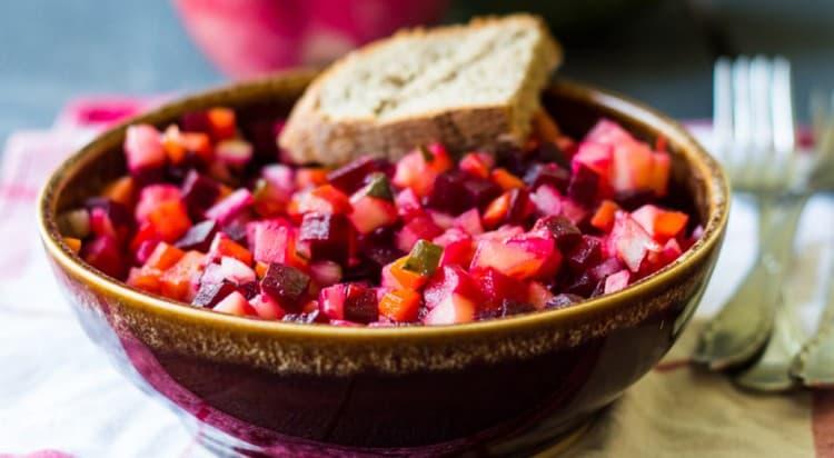 Более низкой будет калорийность винегрета без картошки.