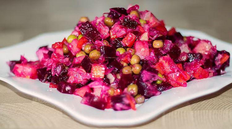Этт салат очень полезен, но все же в некоторых случаях не нужно есть его слишком много..